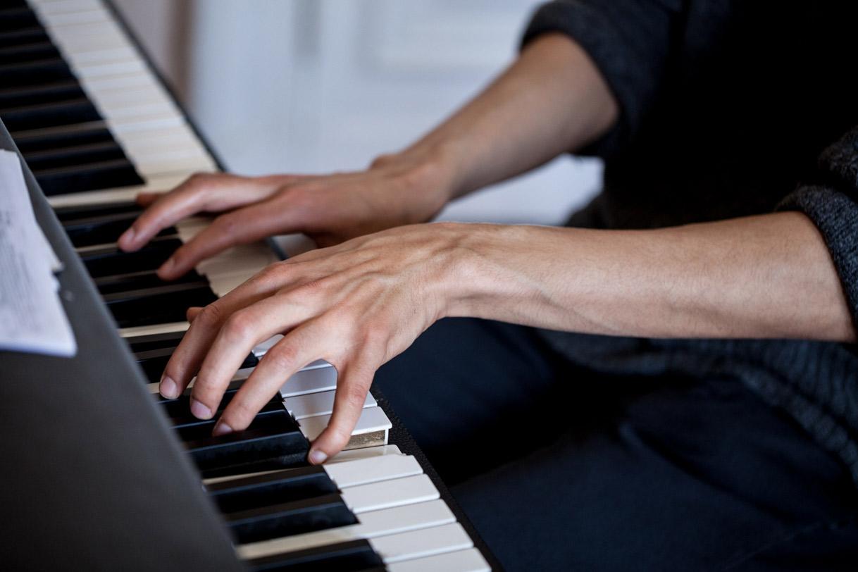 Amine Mesnaoui, Compositeur et Pianiste à Berlin. Photo de Héloïse Faure pour 10point15.