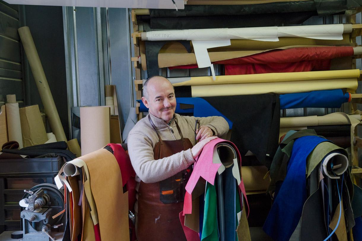 Le malletier Frank Tressens à son atelier, Cenon
